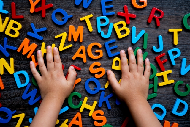 アルファベットと幼児の手